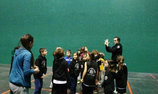 Actividad de pelota en el frontón del Club Deportivo Bilbao