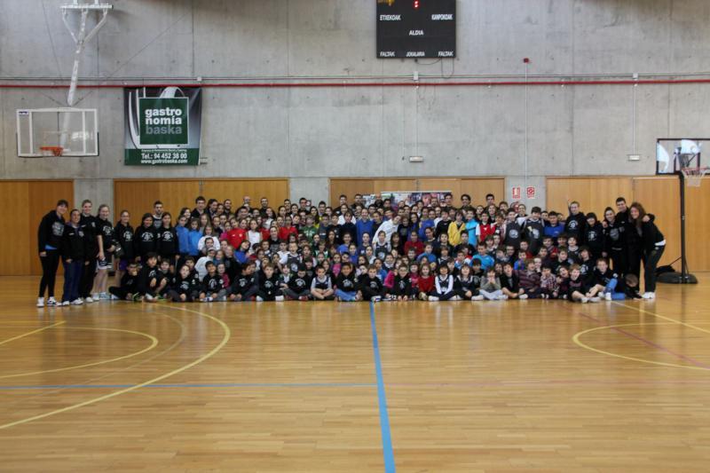 Paúles con las estrellas del Uxue Bilbao Basket
