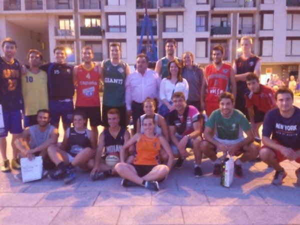 Participantes del torneo con responsables municipales
